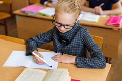 Девушка на столах школы Стоковое фото RF