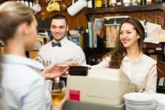 Девушка на счетчике в баре Стоковые Фото