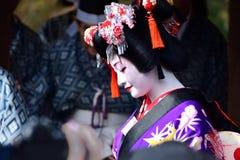 Девушка на танцах, Киото Япония Maiko стоковое изображение