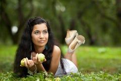 Девушка на траве и яблоках Стоковая Фотография RF