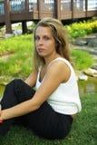 Девушка на траве Стоковые Изображения RF