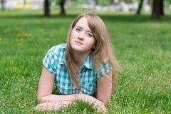 Девушка на траве стоковые фотографии rf