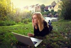 Девушка на траве Стоковое Изображение RF