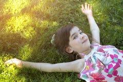 Девушка на траве Стоковые Изображения