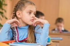 Девушка на уроке на школе выбирая его нос Стоковые Фотографии RF