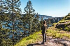 Девушка на утесе карьера на северном Ванкувере, ДО РОЖДЕСТВА ХРИСТОВА, Канада Стоковое Изображение RF