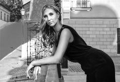 Девушка на улице в городе черно-белом Стоковое Изображение