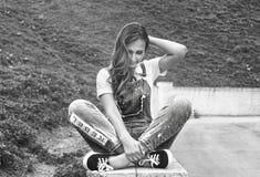 Девушка на улице в городе черно-белом Стоковое Фото