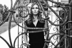 Девушка на улице в городе черно-белом Стоковая Фотография RF