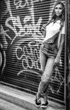 Девушка на улице в городе черно-белом Стоковые Фотографии RF