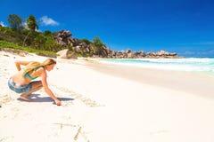 Девушка на экзотическом красивом пляже Стоковые Изображения RF