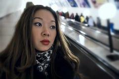 Девушка на эскалаторе Стоковые Изображения