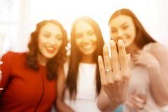 Девушка на bachelorette показывает ее обручальное кольцо Обручальное кольцо конца-вверх невесты Стоковое Фото