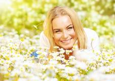 Девушка на glade стоцвета Стоковое Изображение RF