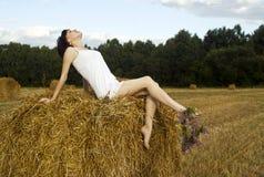 Девушка на haystack стоковое изображение rf