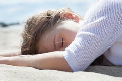 Девушка на seasand Стоковые Фото
