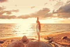 Девушка на seashore Стоковые Фотографии RF