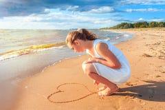 Девушка на seashore Стоковые Изображения RF