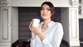Девушка нежности средней съемки счастливая наслаждаясь кружкой удерживания перерыва с горячим напитком акции видеоматериалы