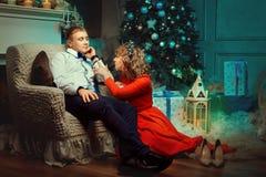 Девушка нежно заштриховала человека в ноче рождества Стоковая Фотография RF