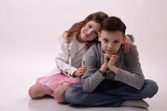 Девушка нежно обнимая ее брата Стоковые Изображения RF