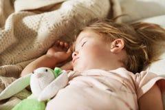 девушка немногая Младенец беспечального сна маленький с мягкой игрушкой Стоковое фото RF