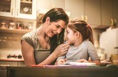 девушка немногая моя помадка мать дочи счастливая Стоковое Изображение RF