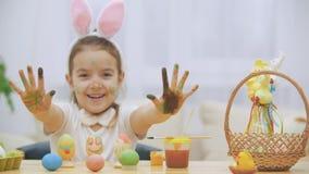 Девушка немногого милая и прелестная усмехается задушевно Девушка показывает ее небольшую квартиру руки Праздник пасхи концепции акции видеоматериалы