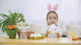Девушка немногого милая и прелестная усмехающся и играющ с ушами зайчика Праздник пасхи концепции сток-видео