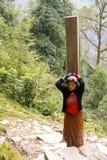 Девушка Непала, тяжелый груз стоковое изображение