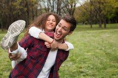 Девушка нося Гая в парке Стоковые Фото