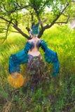 Девушка нося заднюю часть птицы лихорадки Стоковые Изображения