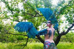Девушка нося заднюю часть птицы лихорадки Стоковое Фото