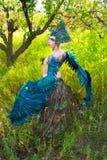 Девушка нося заднюю часть птицы лихорадки Стоковая Фотография RF