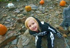 Девушка нося каркасный костюм на хеллоуине украсила outdoors Стоковое Изображение RF