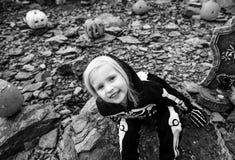 Девушка нося каркасный костюм на хеллоуине украсила outdoors Стоковое фото RF