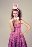 Девушка нося костюм зайчика пасхи с яичками в корзине Стоковое Изображение