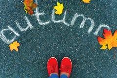 Девушка нося красные ботинки стоя на мостоваой стоковые фотографии rf