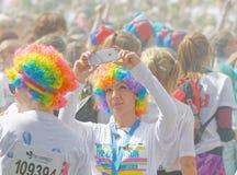 Девушка нося парик покрашенный как радуга принимая selfie Стоковое Фото