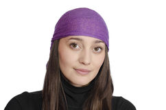 Девушка нося пурпуровый bandana на белой предпосылке Стоковое Изображение