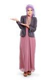 Девушка нося розовое платье мусульман показывая copyspace стоковое изображение rf