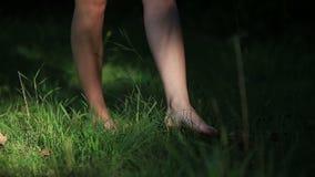 Девушка нося светлое платье лета идя в акции видеоматериалы