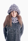 Девушка нося толстые шарф и шляпу Стоковая Фотография