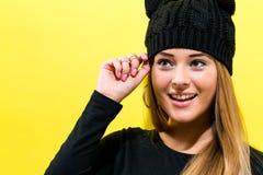 Девушка нося шляпу knit кота Стоковое Изображение