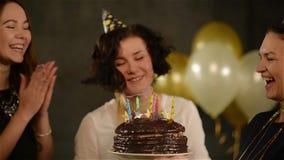 Девушка дня рождения празднует вместе с ее 2 друзьями на черной предпосылке с воздушными шарами Радостная женщина делает a видеоматериал
