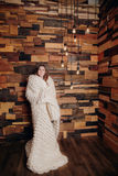 Девушка обернутая в одеялах Стоковое Изображение