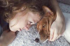 Девушка обнимает собаку basenji стоковые изображения rf