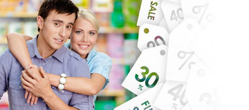 Девушка обнимает человека после ходить по магазинам стоковая фотография rf