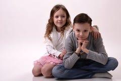 Девушка обнимая мальчика Стоковые Изображения RF