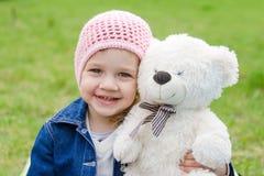 Девушка обнимая пикник плюшевого медвежонка Стоковые Фото